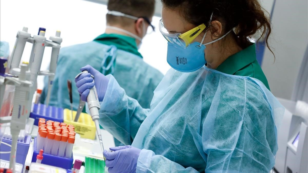 Técnicos llevan a cabo pruebas de coronavirus en un laboratorio Alemán en Marzo de 2020.