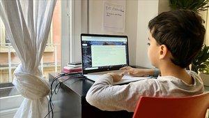 El trimestre escolar 'online' arrenca sota el jou de la bretxa digital
