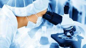 Así comenzó y acabará la pandemia: con la imagen de un profesional del sector sanitario mirando por un microscopio.