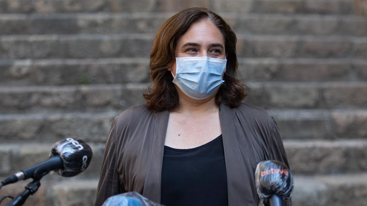 Ada Colau atiende a los medios a la salida del Museu d'Història de Barcelona.