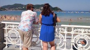 Una pareja contempla las vistas de la Playa de la Concha en San Sebastián.
