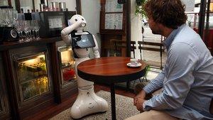 Pi hace el paripé de tomar café en un restaurante de Barcelona junto a su dios personal, Jordi Hernández.
