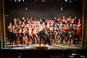 Las coreografías del coro contribuyen a la complicidad con el público.