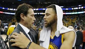 Stephen Curry (Golden State) y Quin Snyder (entrenador de Utah) se saludan tras el partido