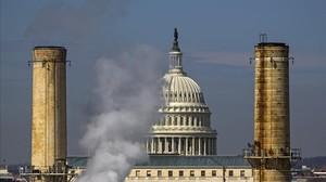 Humo emitido por una fábrica junto al Capitolio en Washington, en el 2014.