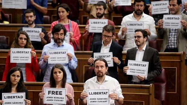 Cartells demanant la llibertat de Sánchez i Cuixart al ple del Congrés