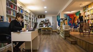 Interior de la biblioteca cooperativa La Carbonera, beneficiaria del fondo de crédito municipal
