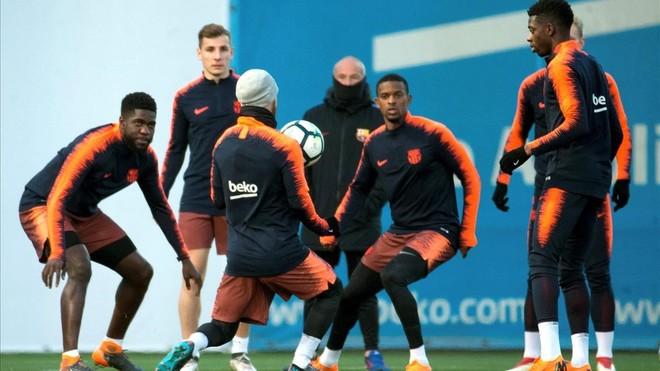 Messi controla el balón ante Umtiti, Digne, Semedo y Dembélé, en el último entrenamiento antes de recibir al Girona.