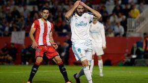 Benzema, delante de Juanpe, en el Girona-Real Madrid de ida en Montilivi.