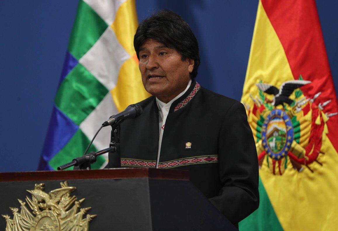 Morales explicó en su breve comparecencia que el envío de la carta fue acordado en una reunión con miembros de su gabinete y el agente de Bolivia ante La Haya, Eduardo Rodríguez.