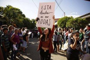 Organizaciones de mujeres celebranla absolucion de la joven salvadorena Imelda Cortezacusada de tentativa de homicidio cometido al supuestamente intentar abortaren UsulutanEl Salvador.EFE Rodrigo Sura