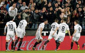 Los jugadores del Valencia celebran el 1-0 de Guedes ante el Madrid.