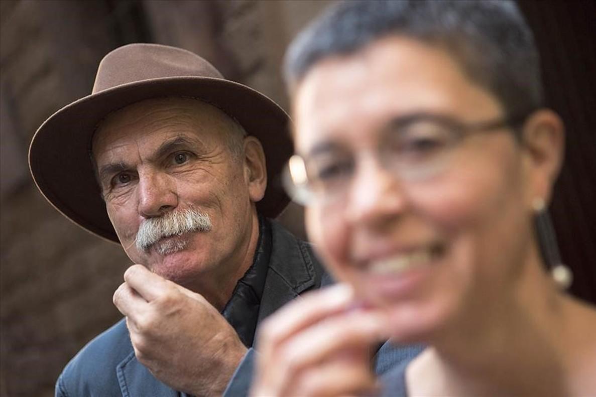 Eudald Carbonell y Cinta S. Bellmunt, a punto de degustar tuétano crudo de vacuno con frutos rojos.