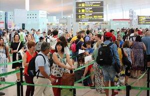 Accesos a los controles en el primer día de huelga en el aeropuerto de El Prat.