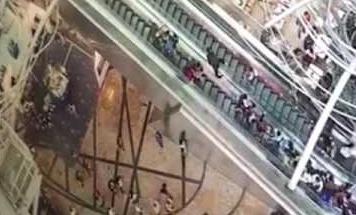 Vídeo del accidente que se ha producido al cambiar de repente de dirección una escalera mecánica en Hong Kong.
