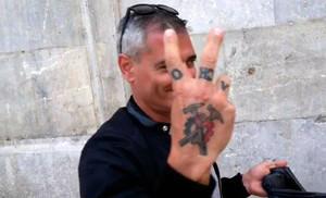 El acompañante de la excandidata de Cs Eva Sagardoy muestra su tatuaje de los Hammerskin.