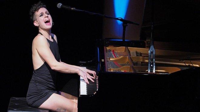 La cantante Clara Peya, al piano.