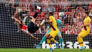 Aduriz marca el 1-0 que derrotó al Barça en San Mamés con una impresionante volea.