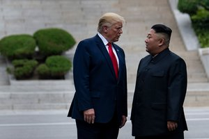 La salutació còmica de Donald Trump que recorda una escena d''El gran dictador' de Chaplin
