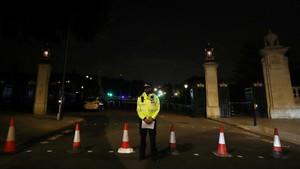 Un agente frente al cordón policial tras el arresto del sospechoso, en el exterior de Buckingham Palace, en Londres, el 25 de agosto.