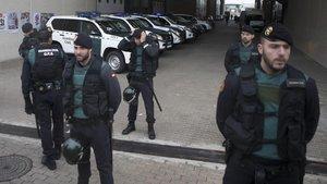 Agentes de la Guardia Civil durante el registro ala imprenta Artyplan, de Sant Feliu de Llobregat, en septiembre del 2017.