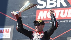 Álvaro Bautista celebra, hoy, en el podio de Phillip Island (Australia), su segunda victoria en el Mundial de SBK.