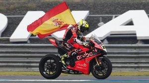 Álvaro Bautista (Ducati) celebra su tercera victoria en el Mundial Superbikes, en la vuelta de honor, hoy, de Tailandia.