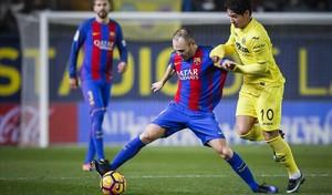 Andrés Iniesta y AlexandrePato en el duelo entre Barceona y Villarreal de la primera vuelta (1-1).