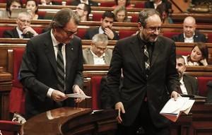 Artur Mas y Antonio Baños, durante el último pleno de investidura en el Parlament de Catalunya.