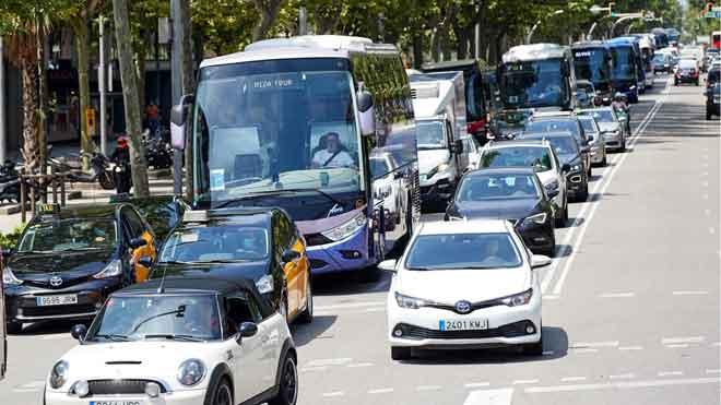 Autocares de transporte discrecional protestan con una marcha lenta por el centro de Barcelona.