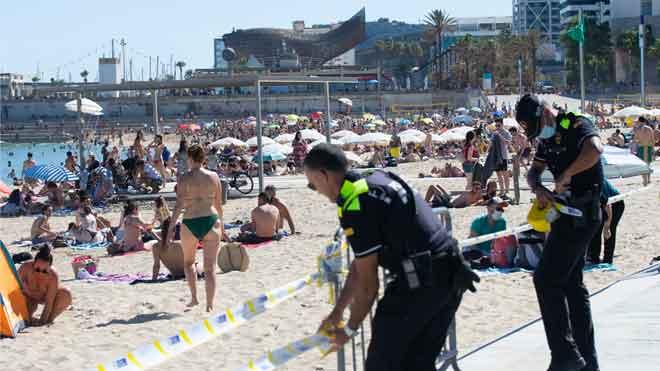 Bañistas en la playa de Nova Icària, en Barcelona.