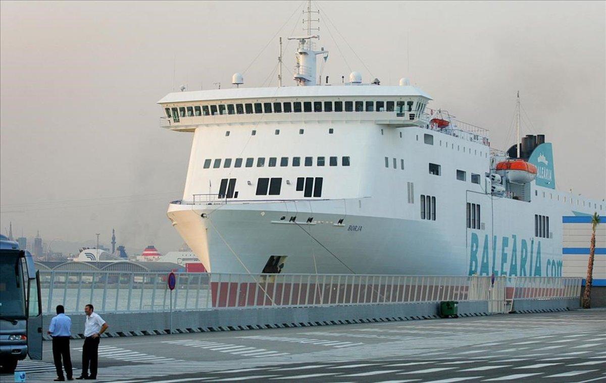 Un barco de Baleària procedente de Palma en el puerto de Barcelona.