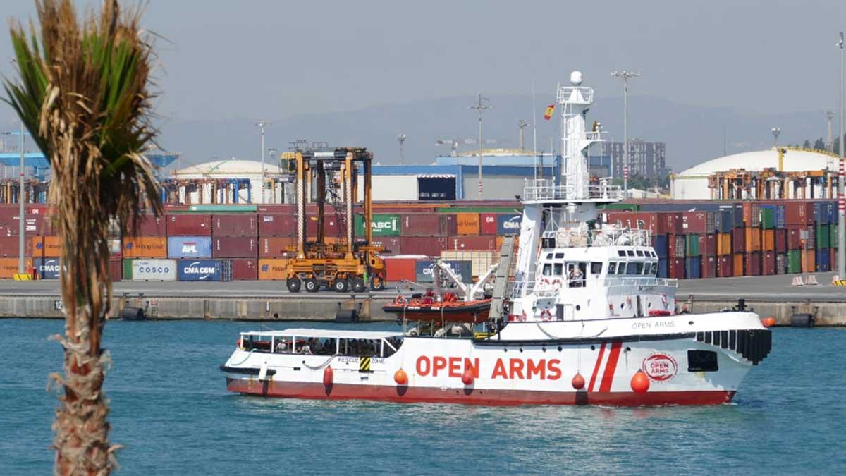 El barco Open Arms llega al puerto de Barcelona.