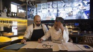 Los cocineros Jaime Tejedor y Carles Abellan (derecha) miran los planos del traslado de La Barra.
