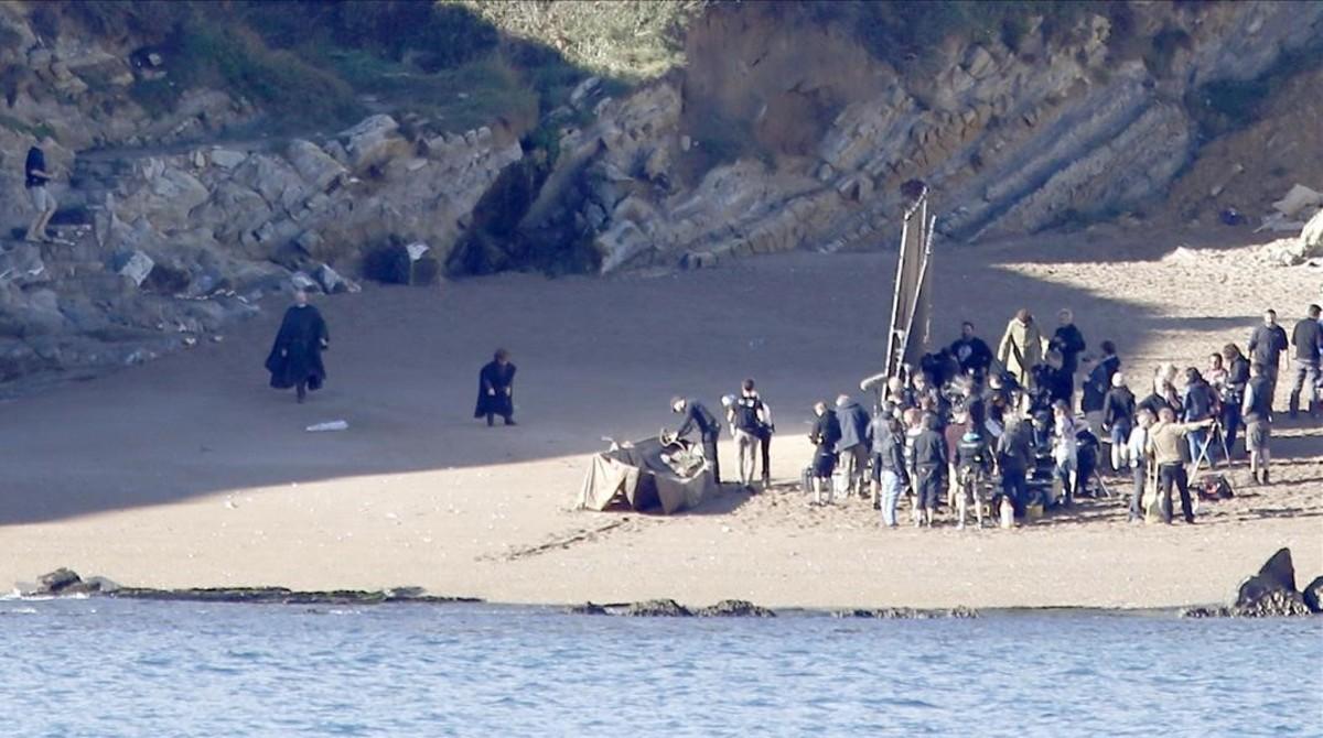 Los actores Peter Dinklage y Liam Cunningham, en el rodaje de 'Juego de tronos',en el municipio vizcaino de Barrika.