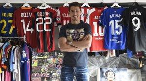 Bojan Krkic posa con las ocho camisetas que ha lucido como profesional en la sala donde guarda todos sus recuerdos futbolísticos.