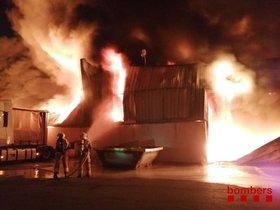 Aparatós incendi d'una nau industrial a Sant Fruitós de Bages (Barcelona)