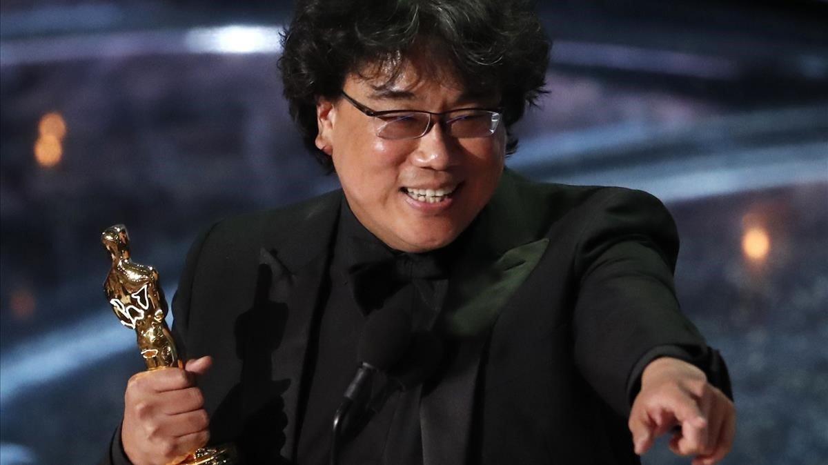 Bong Joon-ho, director de 'Parásitos', con el Oscar a mejor película internacional en la última edición de los Óscars.