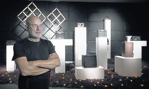 Brian Eno, junto a su instalación The ship, en la Fundació Tàpies.