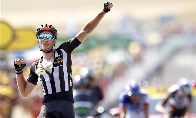 El britànic Steve Cumming celebra la victòria detapa al Tour a laeròdrom de Mende, on va arribar per davant de Pinot i Bardet.