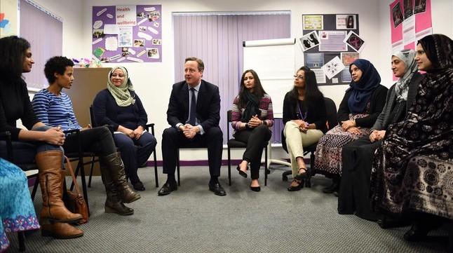 Cameron (centro) habla con mujeres que siguen clases de inglés en un centro de Leeds, este lunes.
