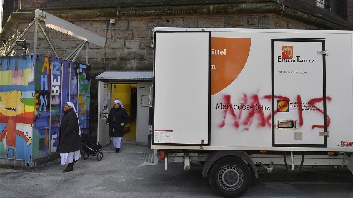 Un camión del banco de alimentos de Essen con una pintada de protesta.