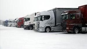 Camiones parados desde ayer por la noche en el área de servicio de La Panadella.