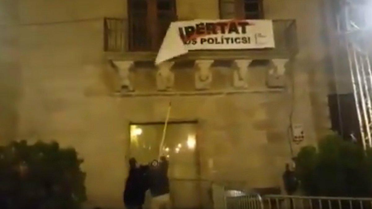 Momento en el que descuelgan la pancarta de apoyo a los políticos presos en Cervera, el pasado 9 de noviembre.
