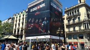 Inmensa lona promocional de 'La casa de papel' en las Ramblas deBarcelona.