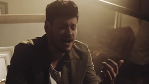 Cepeda en el videoclip de Llegas tú.
