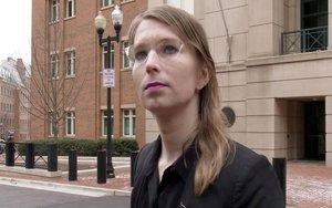 Chelsea Manning, quien en 2010 entregó más de 750 mil documentos confidenciales a Julian Assange.