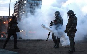 La Policía de Chile disparando bombas lacrimógenas.