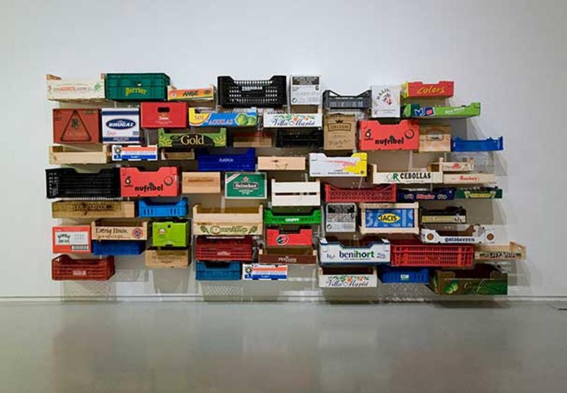 Calaixera, una obra de la exposición Natural / Artificialcompuesta porcajas de mercado.