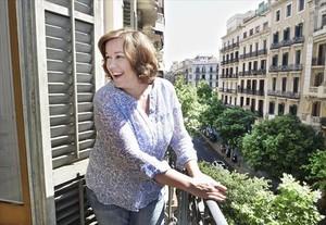 Claudia Casanova bromea asomada al balcón de su oficina. ¿Miedo a tirarse de cabeza? Nunca.